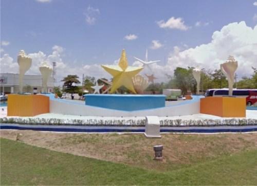 http://aclarando.wordpress.com/2010/04/07/apodos-a-monumentos-urbanos-de-cancun-01-el-ceviche/