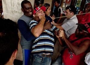Un agente de seguridad cubano detiene a un activista opositor momentos antes del comienzo de una marcha para conmemorar el Día Internacional de los Derechos Humanos, el martes en La Habana. Ramon Espinosa / AP Read more here: http://www.elnuevoherald.com/2013/12/11/1633817/cuba-lanza-ofensiva-contra-disidentes.html#storylink=cpy