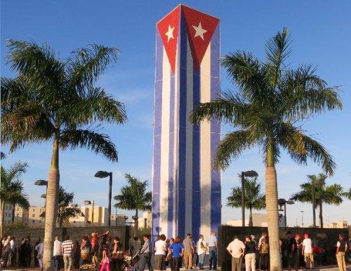 Cubanos buscando entre los mártires y victimas a sus familiares y amigos