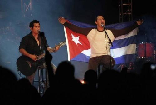 El dúo cubano Buena Fe, formado por Yoel Martínez (izq.) e Israel Rojas, durante su primera presentación en Miami en el Teatro Manuel Artime, en diciembre del 2009.12/ 25 / 2009.Pedro Portal/el Nuevo Herald Read more here: http://www.elnuevoherald.com/noticias/sur-de-la-florida/article2058266.html#storylink=cpy