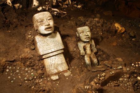 Cientos de piezas fueron halladas bajo la zona arqueológica de Teotihuacán. (AP)