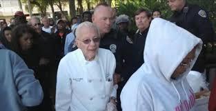 La Prensa- Un hombre de 90 años de Florida enfrenta cargos por alimentar a indigentes
