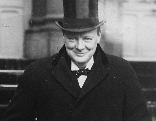 . Un hombre que logró, únicamente con su oratoria, insuflar valor a un país que –día tras día y noche tras noche- tenía que soportar los bombardeos dirigidos desde el otro lado del Canal de la Mancha por Adolf Hitler.
