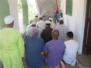 Musulmanes cubanos oran en un espacio habanero. Foto: Manuel Guerra Pérez.