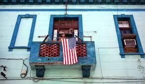 Bandera de Estados Unidos en un balcón cubano.