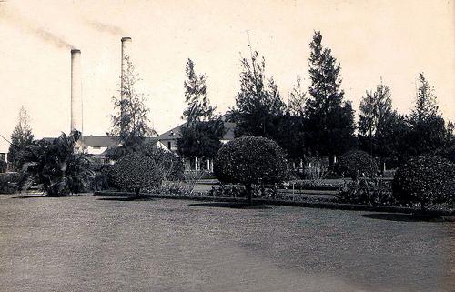 Vista lateral desde el parque de la iglesia al Club y al hotel.